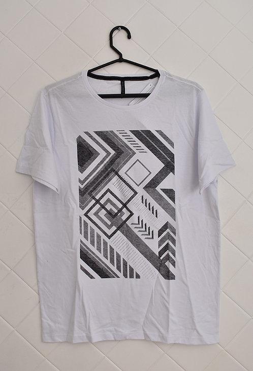 Camiseta Masculina Branca com Desenhos Geométricos em Preto e Cinza