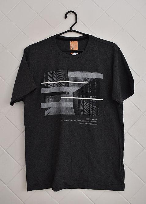 Camiseta Masculina Cinza com Estampa Branca e Preta