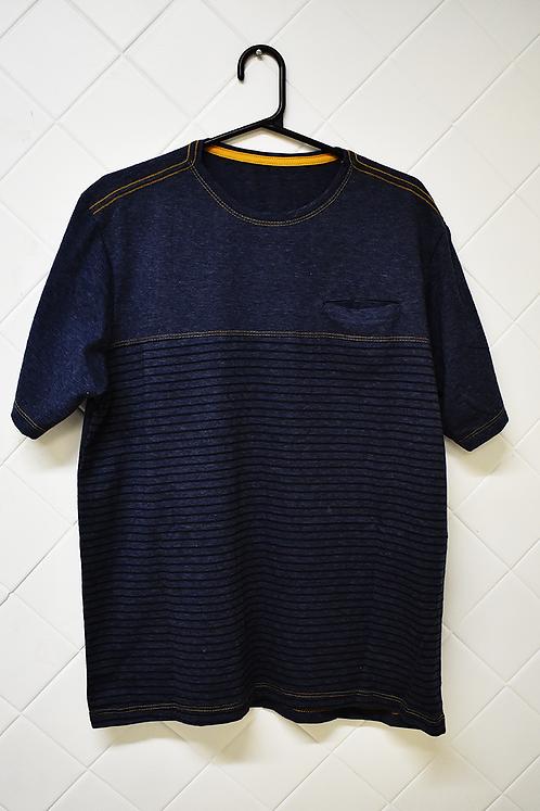 Camiseta Masculina Azul Escura com Presponto em Amarelo e Bolso