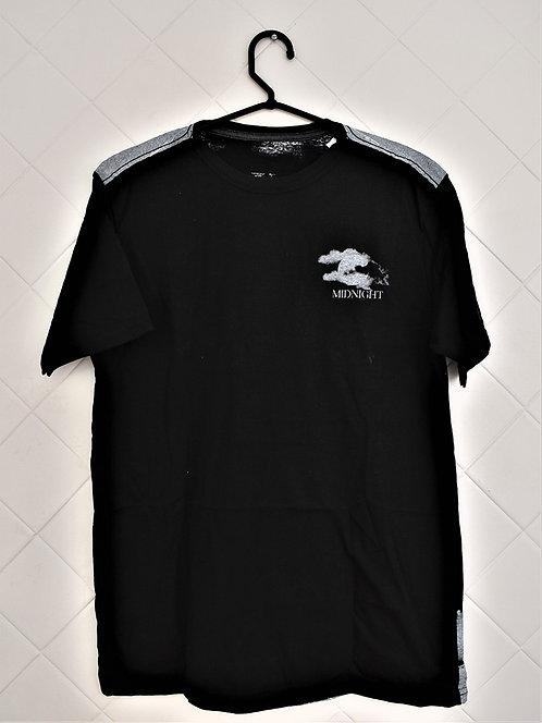 Camiseta Masculina Preta com Estampa Midnight do Lado Esquerdo