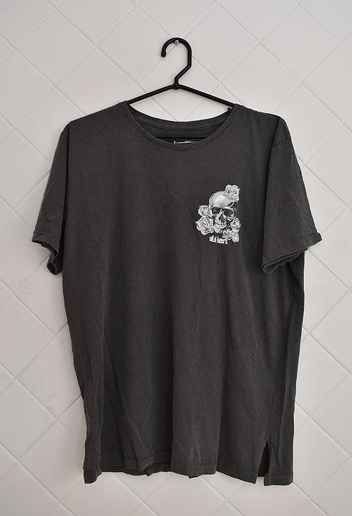 Camiseta Masculina Cinza com Caveira Lado Direito