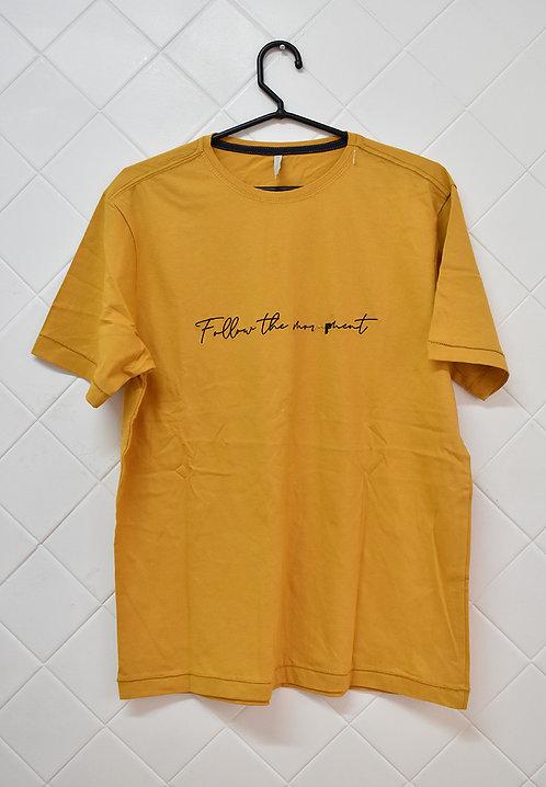 Camiseta Masculina Mostarda com Frase em Preto
