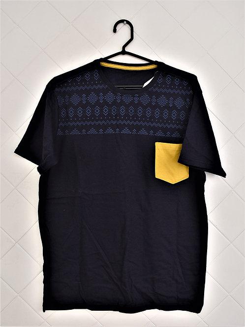 Camiseta Masculina Azul Escura com Estampa em Azul Claro e Bolso Amarelo