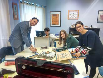 En historia del violín, los alumnos aprenden a fabricar un violín con materiales reciclados.