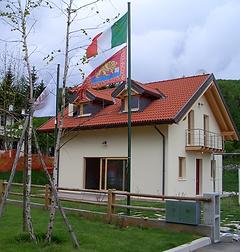 Questa Casa Prefabbricata,Ci serve oltre che a far conoscere le case prefabbricate in legno a testare i materiali con i quali costruiamo le vostre case prefabbricate