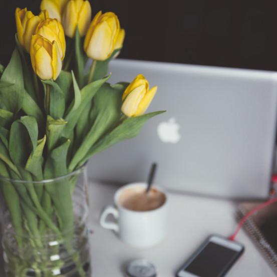 Flores amarillas y portátil