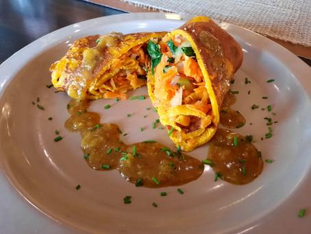 Pompoen pannenkoeken gevuld met lauwwarme groentemix geserveerd met gele bietenchutney van Tessa