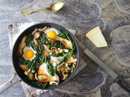 Gemengde paddenstoelen en palmkool met eieren van Hanneke de Jonge, Culinea