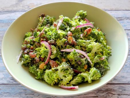 Broccolisalade met rode ui en amandelen van Hanneke de Jonge, Culinea