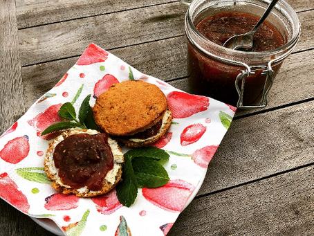 Glutenvrije en zuivelvrije scones met jam van appel, aardbei en chiazaad