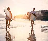Surfers sur la plage