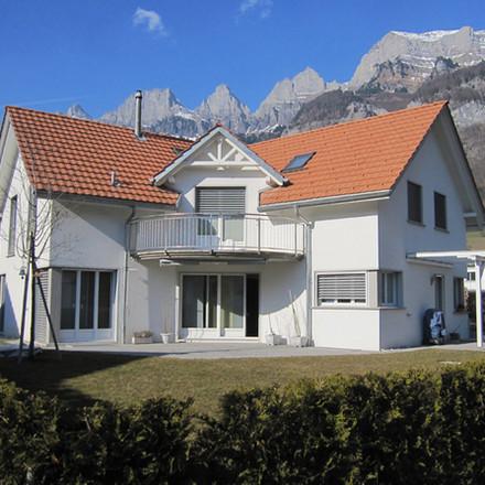 Winkelhaus mit Bergkulisse, Walenstadt