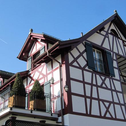 Riegelbau mit Balkon und Gaubenen