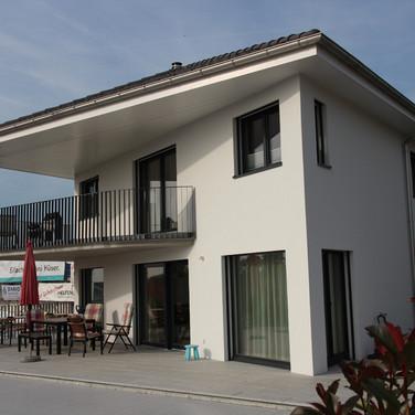 Einfamiienhaus mit schrägem Vordach
