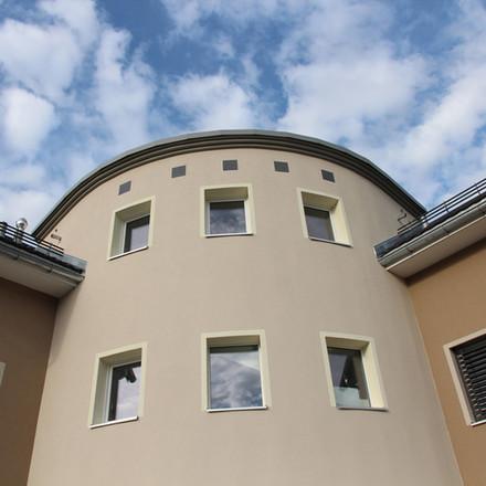 Mehrfamilienhaus mit Turm