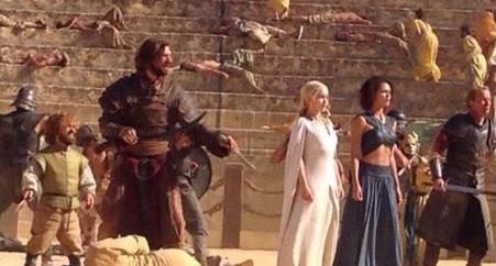 Cena da quinta temporada de Game of Thrones mostra Daenerys e Tyrion juntos.