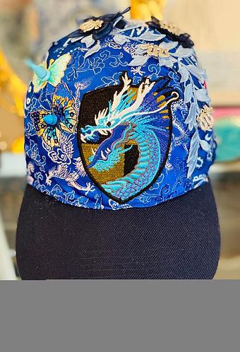 vue de devant de la casquette le dragon bleu, casquette pour femme personnalisé avec des dragons