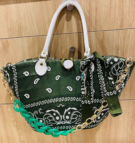 Vue du sac à main bandana kaki décoré sur un pannier en osier par Yolo-créations