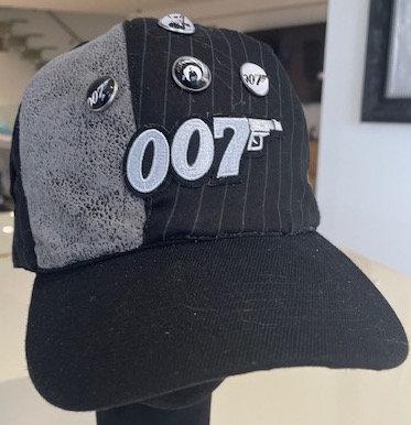 Vue de devant de la casquette Jame bond 007 original customisé avec les patchs symboles de 007 par yolo-créations