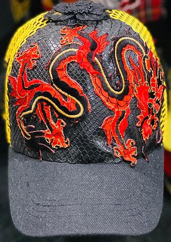 vue de devant de la Casquette le dragon rouge orné de dragons rouge et customisé Feng shui.