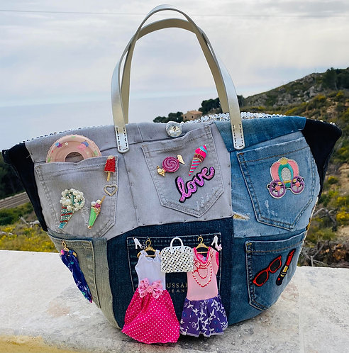 sac cabas Eve un sac décoré jean denim sur un support de sac en osier