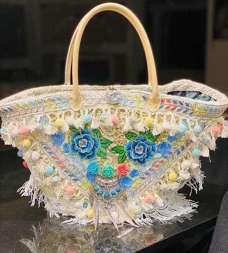 Le sac à main Florale pour femme, composition de fleurs sur un sac cabas en osier
