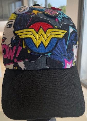 Vue de devant de la casquette Wonder-Woman original customisé avec les patchs symboles de Wonder-Woman par yolo-créations