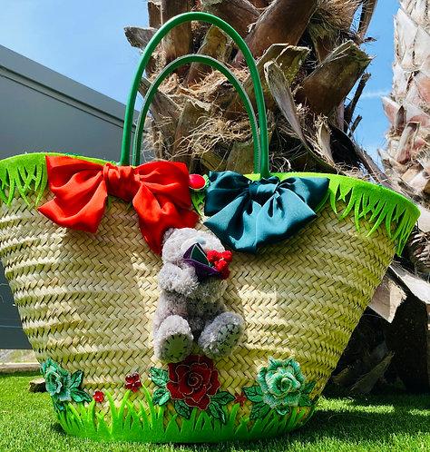 Vue du Cabas ours Alban bucolique customisé sur un un sac en osier pour femme personnalisé sur  le thème de l'ourson Alban