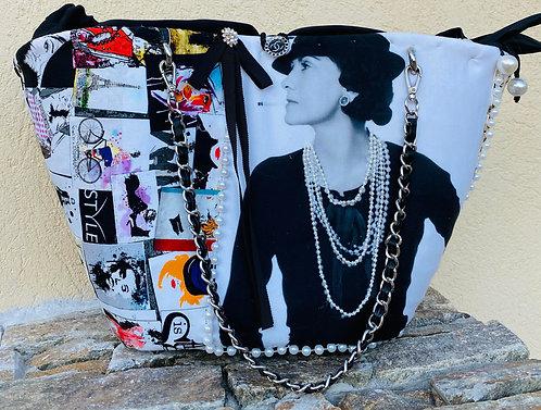 sac à main Coco en homage à Coco Chanel avec la photo de Coco et un collier de perle  personnalisé par Yolo Créations