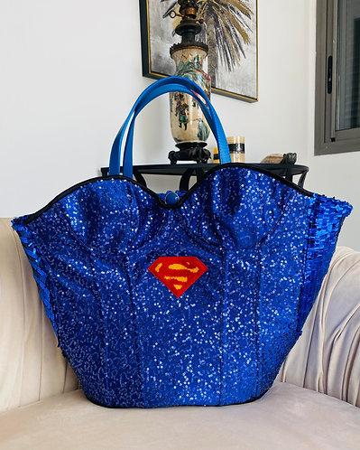 Cabas corset Superman pour femme customisé sur un panier en osier fait main par yolo-créations