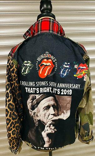 Vue de dos de la veste personnalisé Army Keith Richard avec les signes et symboles des Rolling-Stones par yolo-création