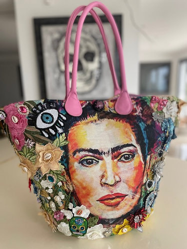 Sac à main cabas customisé Frida sur un sac en osier