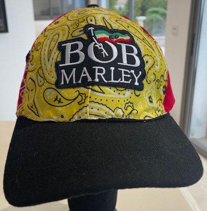 Vue de devant de la casquette Bob Marley original customisé avec les patchs symboles de Bob Marley par yolo-créations