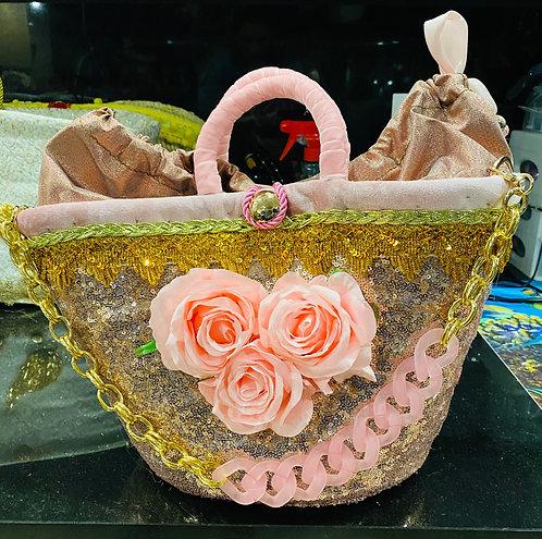 Sac à main Rosa gamme Sicily orné de roses sur un pannier en osier habillé d'un tissu dorée