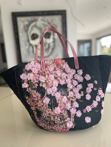 sac cabas Skull Flo customisé sur un sac en osier personnalisé