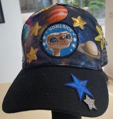 Vue de devant de la casquette ET original customisé avec les patchs symboles de ET par yolo-créations