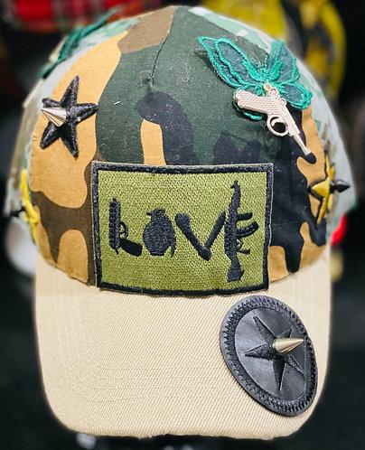 Vue de devant de la casquette Army customisé par yolo-créations avec une décoration militaire
