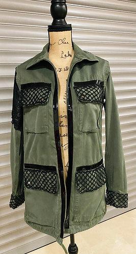 Veste Army Remiel femme customisé sur veste militaire et décoré de dentelle noir par yolo-créations