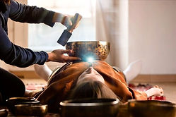 mujer-haciendo-masaje-relajante-meditaci