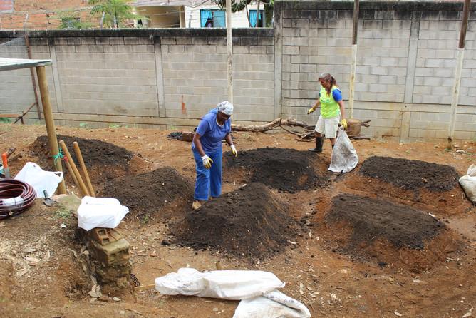 Camas de siembra en técnica doble excavación y Hügelkultur