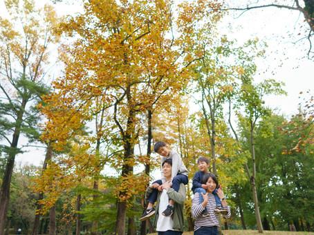 紅葉の始まった野川公園で、ファミリーフォト