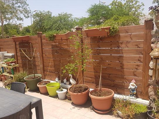 גדר עץ לגינה משולב אלמנטים מתכת