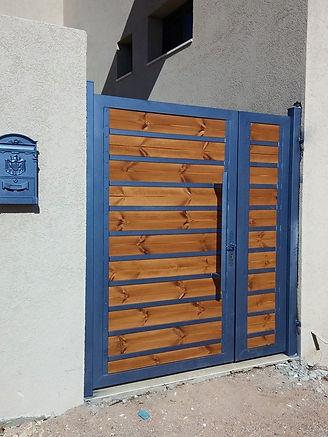 שער כניסה עץ משולב מתכת כחול