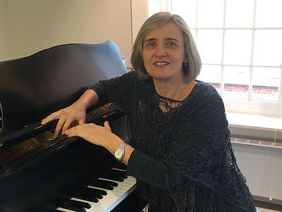 photo of Margarita Nuller at her piano