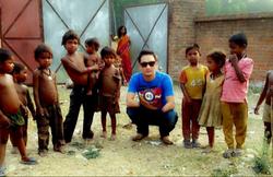 4 Thupten Tsering with street kids in De