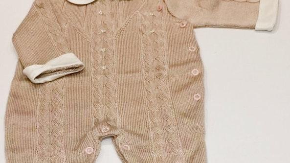 Macacão linha trançada com gola de tecido e detalhes em mini pérolas Noruega