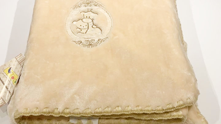 Cobertor hipoalergênico para berço bordado