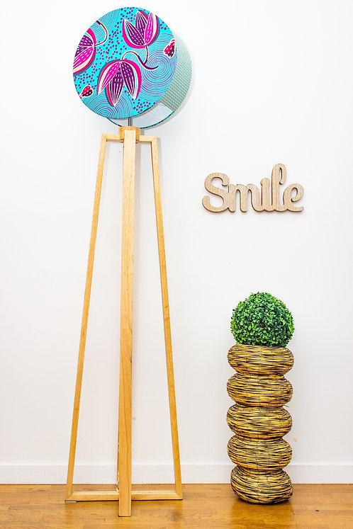 Lampadaire pied bois avec abat-jour rond imprimé wax turquoise - Smile Miwanne