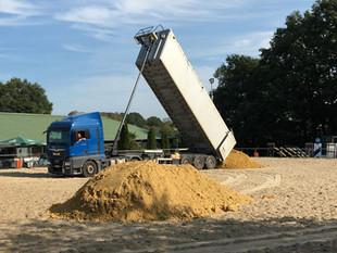 Neuer Sand auf unseren Reitplätzen