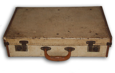 MD085 - Scuffed Beige Vintage Suitcase